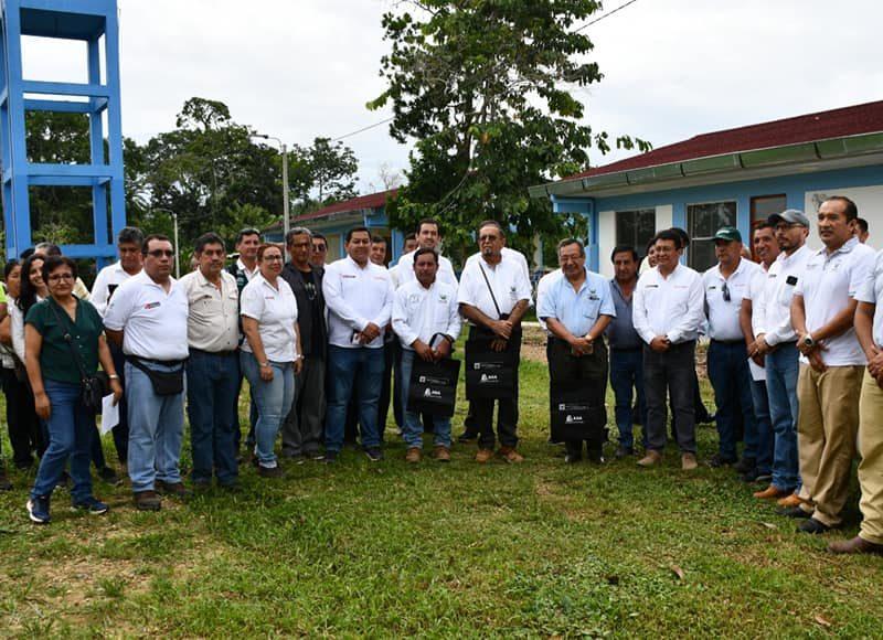 El gobernador regional, Luis Hidalgo, junto con la Viceministra de Políticas Agrarias